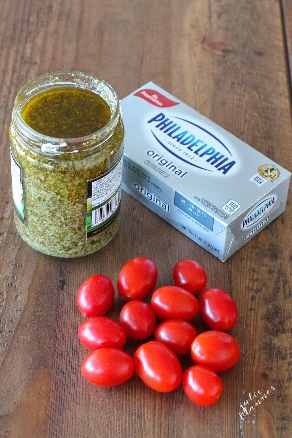 The three ingredients to make the Pesto Cheese Dip