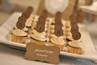 Cupcakes alternating with the letter \'a\' and the number \'1\' on them.