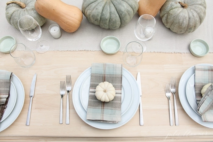 inexpensive 10 minute Thanksgiving table setting with pumpkins