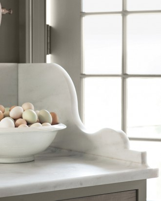 Marble countertops with a bowl of eggs as decoration.