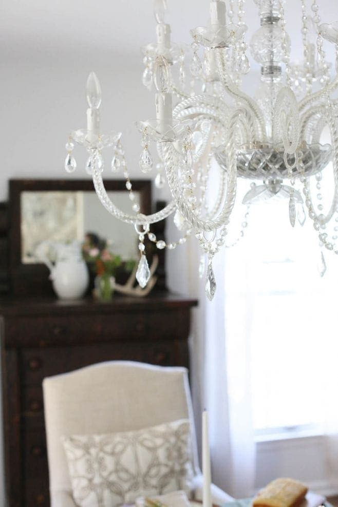 chandelier in an elegant dining table