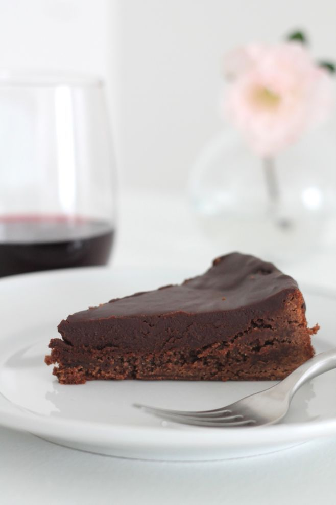 Chocoholic? This pie's for you! Rich & creamy chocolate pie recipe - a pool of chocolate ganache? Yes, please!