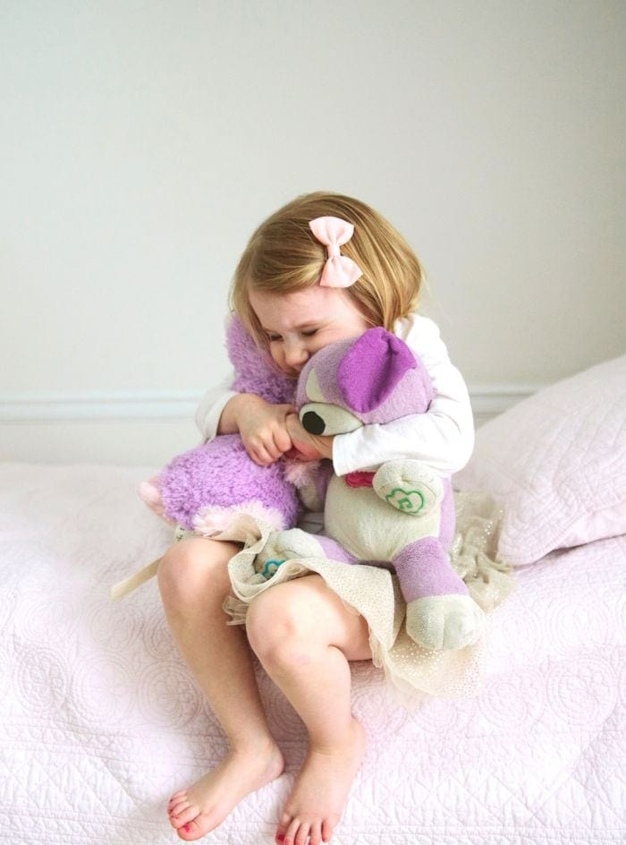 great photo opportunity - a little girl with her snuggles at julieblanner.com