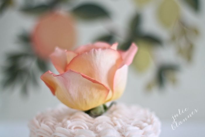 decorate any cake beautifully with this 5 minute cake bouquet tutorial at julieblanner.com | Rose Cake