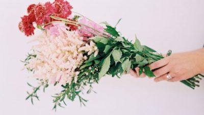learn how to arrange flowers from entertaining expert Julie Blanner & floral designer Erin Volante at www.julieblanner.com