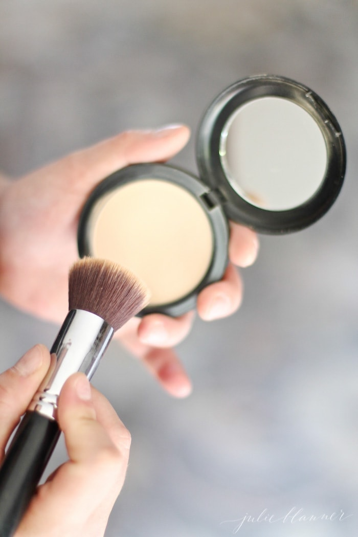 How to look skinny - simple makeup tutorial to make your face appear slimmer.