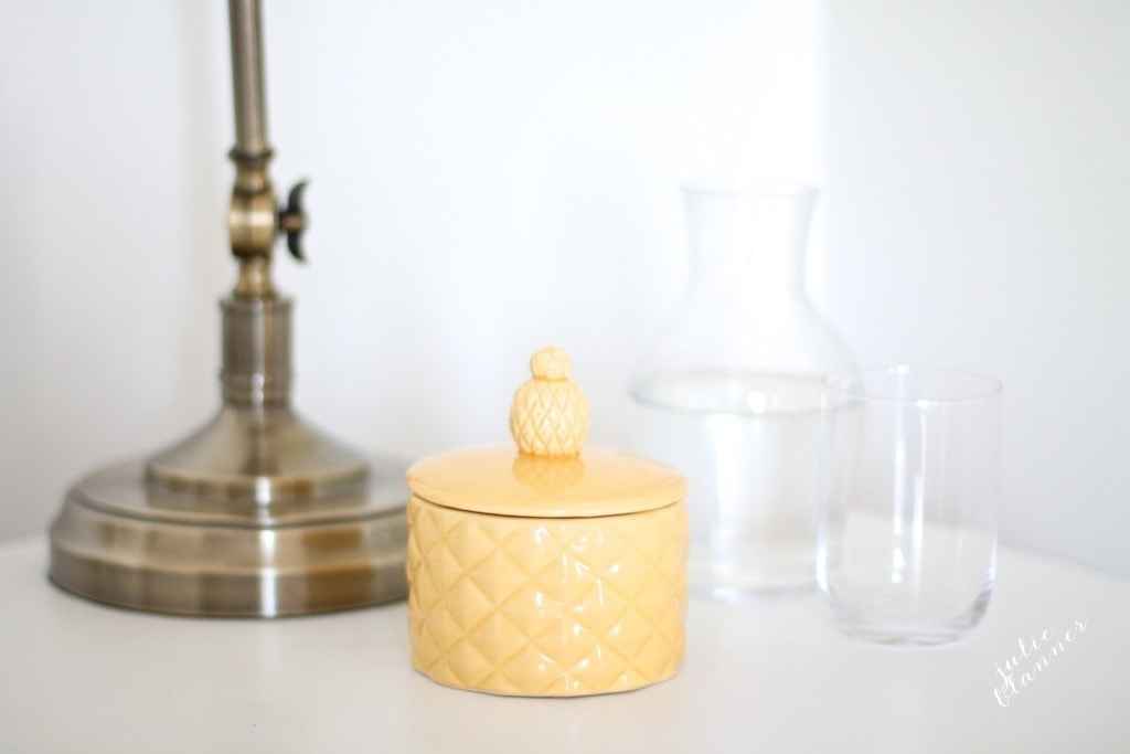 Decorating the guest bedroom with pineapple - the symbol of hospitality