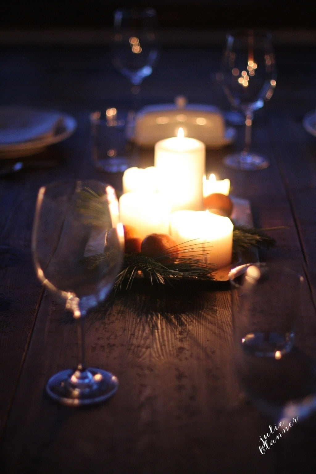 Candlelight Christmas dinner - a gorgeous & unexpected centerpiece you can create in just a few minutes