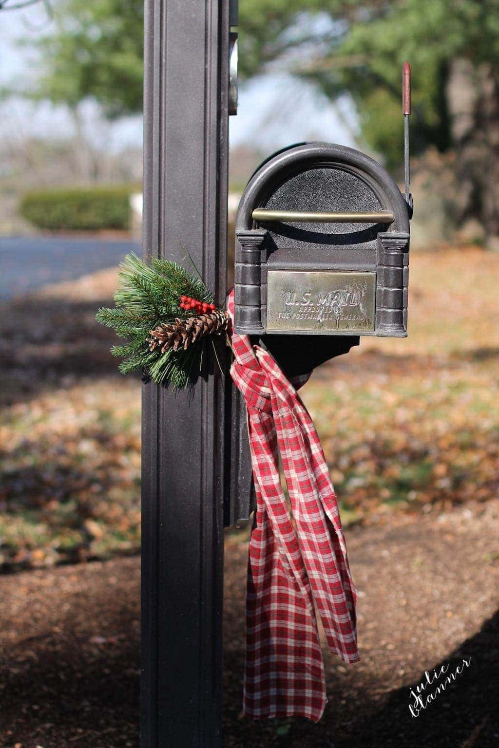 Decorate your mailbox for Christmas with this easy DIY swag & scarf you can create in just 10 minutes!