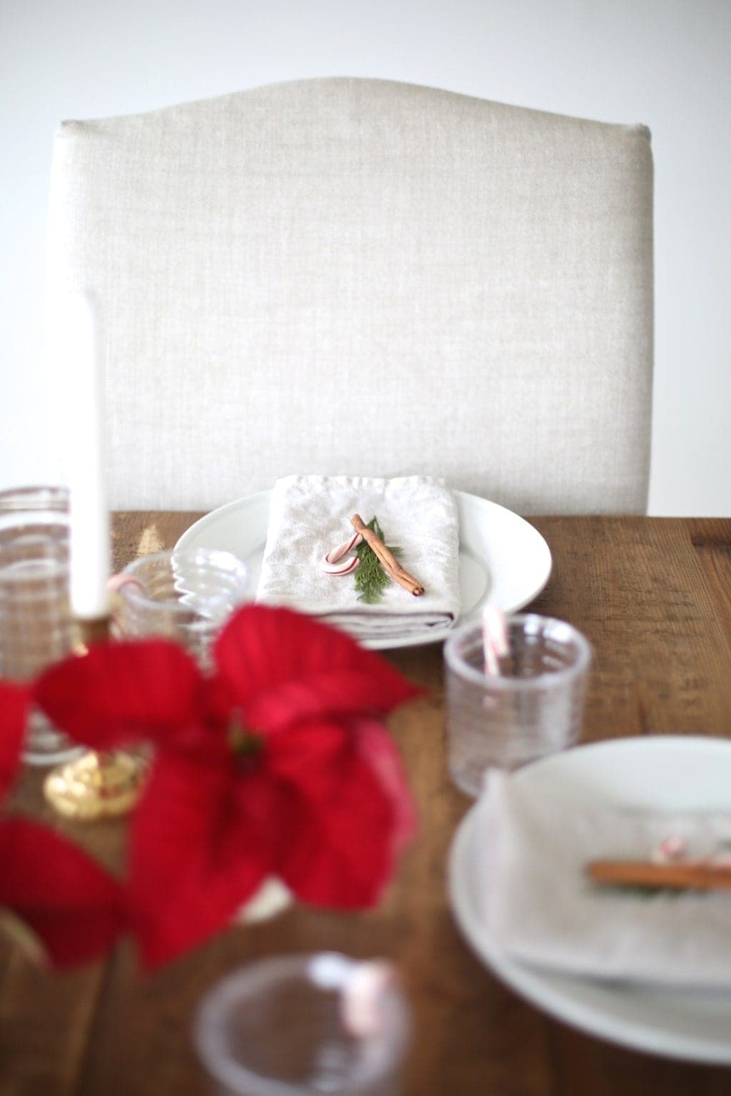 A casual Christmas place setting - get the effortless entertaining details