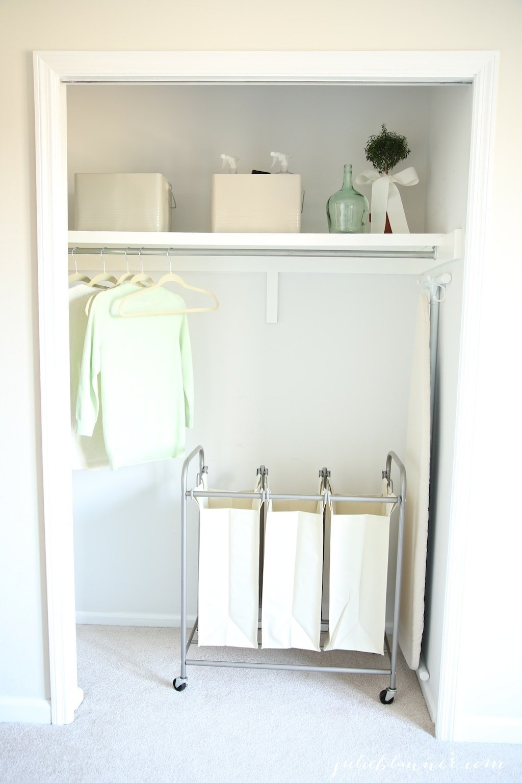 Easy ideas to organize your laundry room, making it a beautiful & functional space!