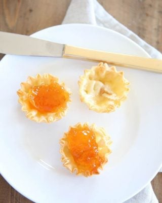 The perfect brunch appetizer - easy and beautiful brie and preserves