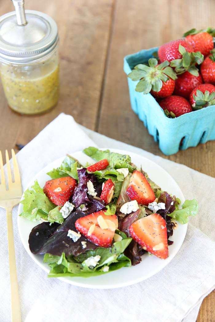 Salada de Morango com Molho de Semente de Papoula Vinagrete