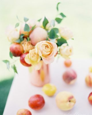 Pretty peach summer centerpiece made in just 10 minutes with household items and a dozen flowers