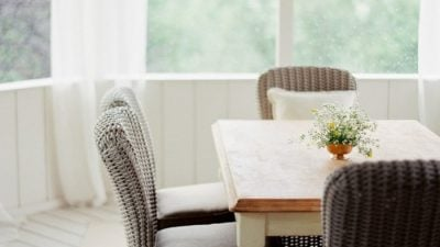 Screened In Porch outdoor dining room decor ideas   Photography: Clary Pfeiffer