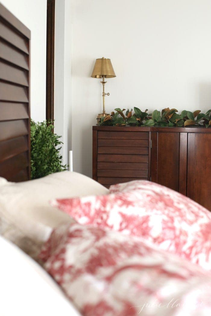 A simple and beautiful Christmas bedroom