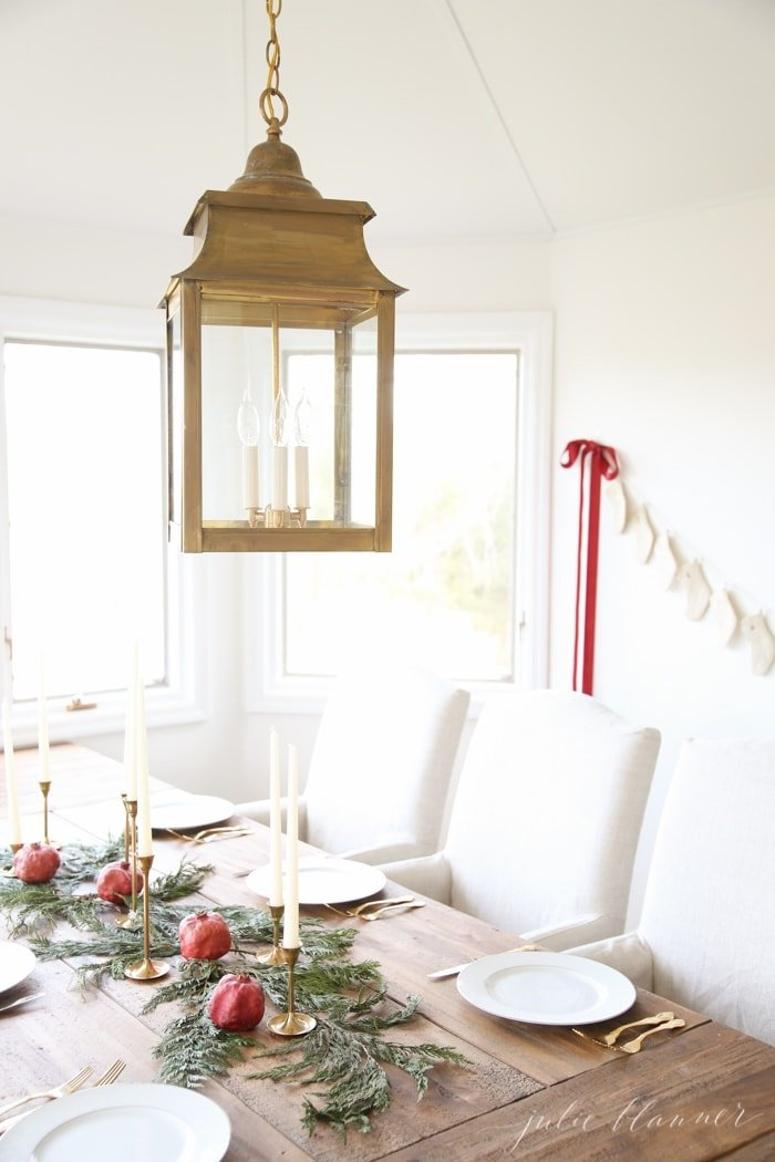 Simple and beautiful Christmas decorations for the breakfast room or dining room
