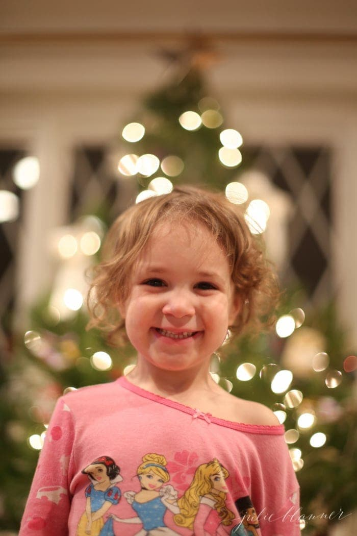 kids-decorate-christmas-tree