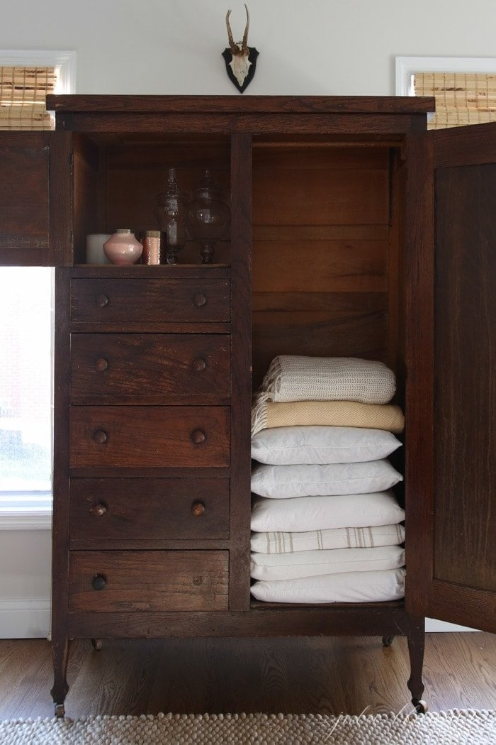 Superieur Living Room Organization   Linen Closet