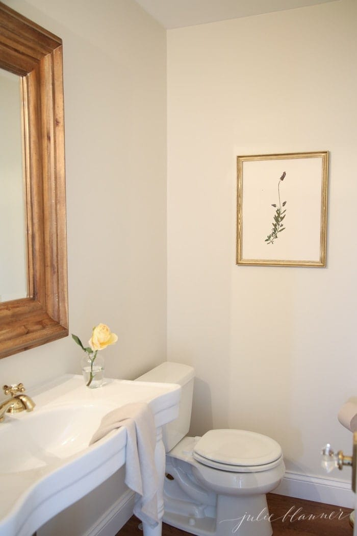 Pretty and simple bathroom decor