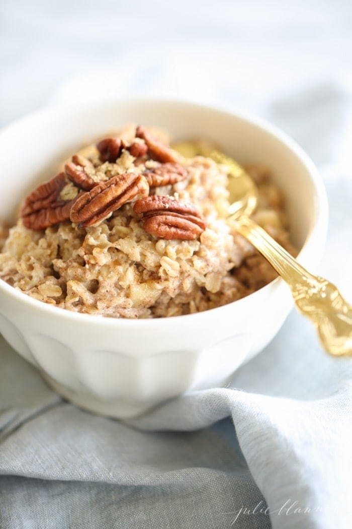 Apple Pie Oatmeal - apple pie for breakfast is completely acceptable and it's healthy! Make it in just 10 minutes! EASY!