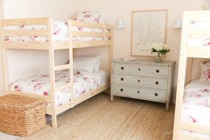 Get the sources to put together a beautiful bedroom on a budget