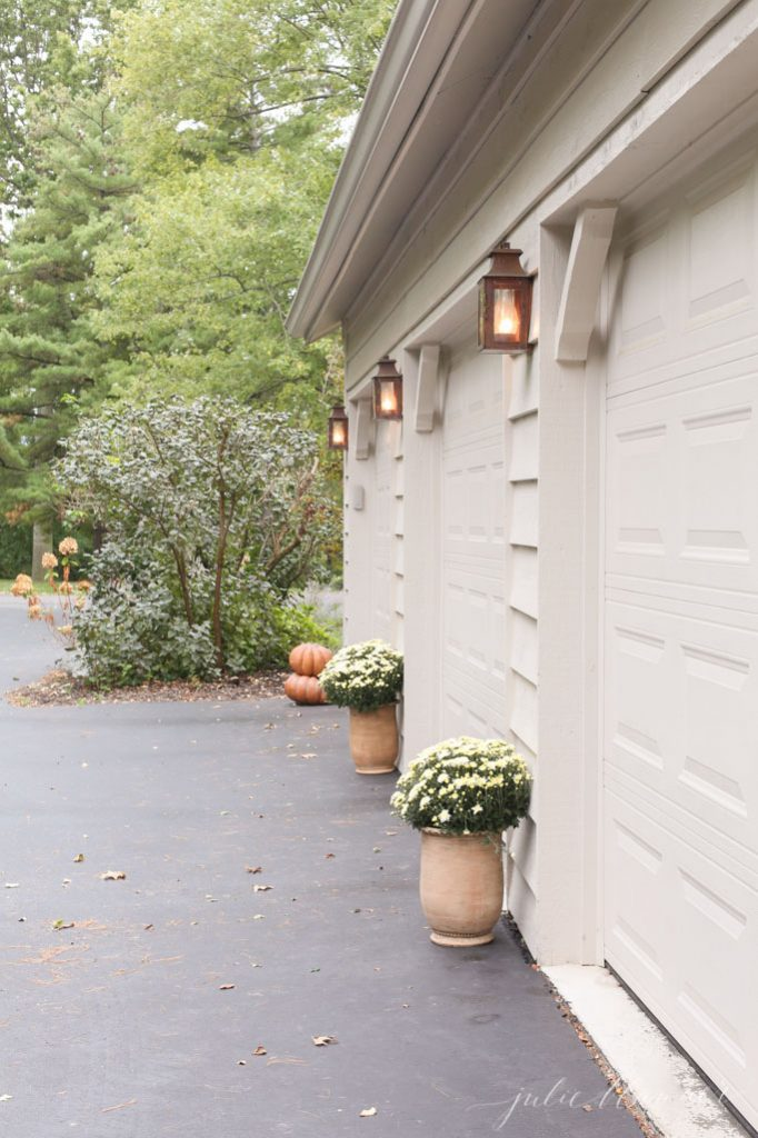 easy fall decorations around garage