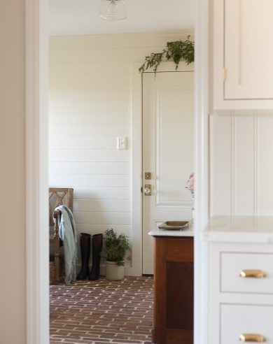 Christmas decorating ideas for the mudroom / entryway