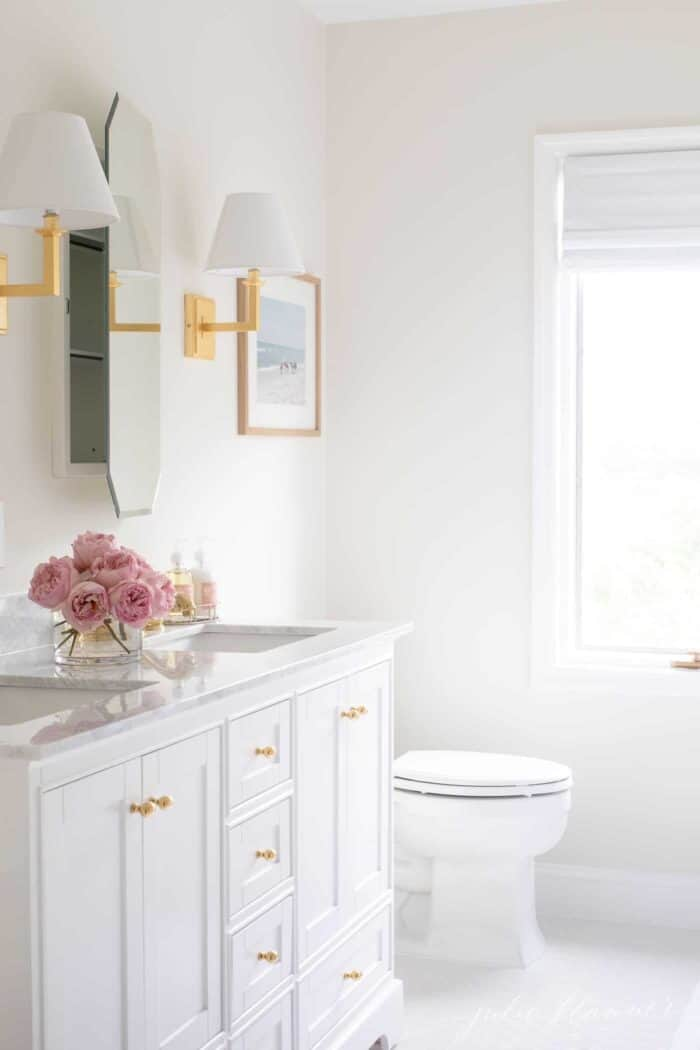 A white bathroom with Soft Chamois on the walls and White Dove on the trim.