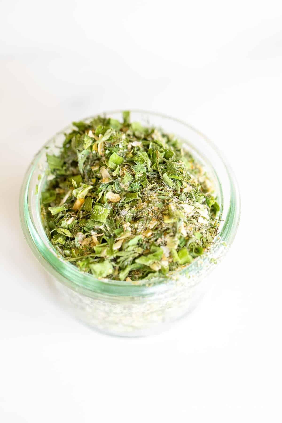 ervas da fazenda e especiarias em uma jarra