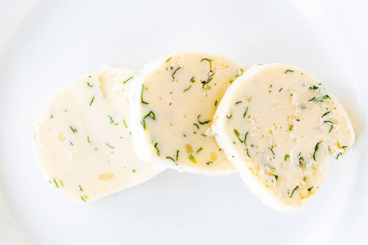fatias de manteiga de bife no prato branco