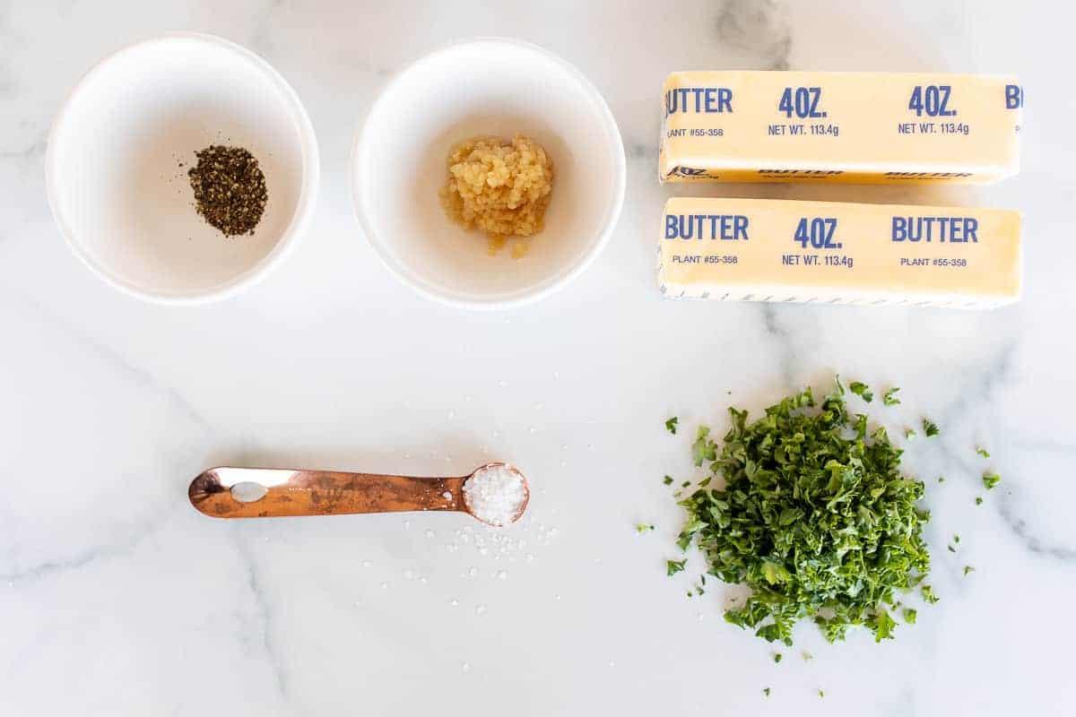 ervas, especiarias e manteiga na superfície do mármore