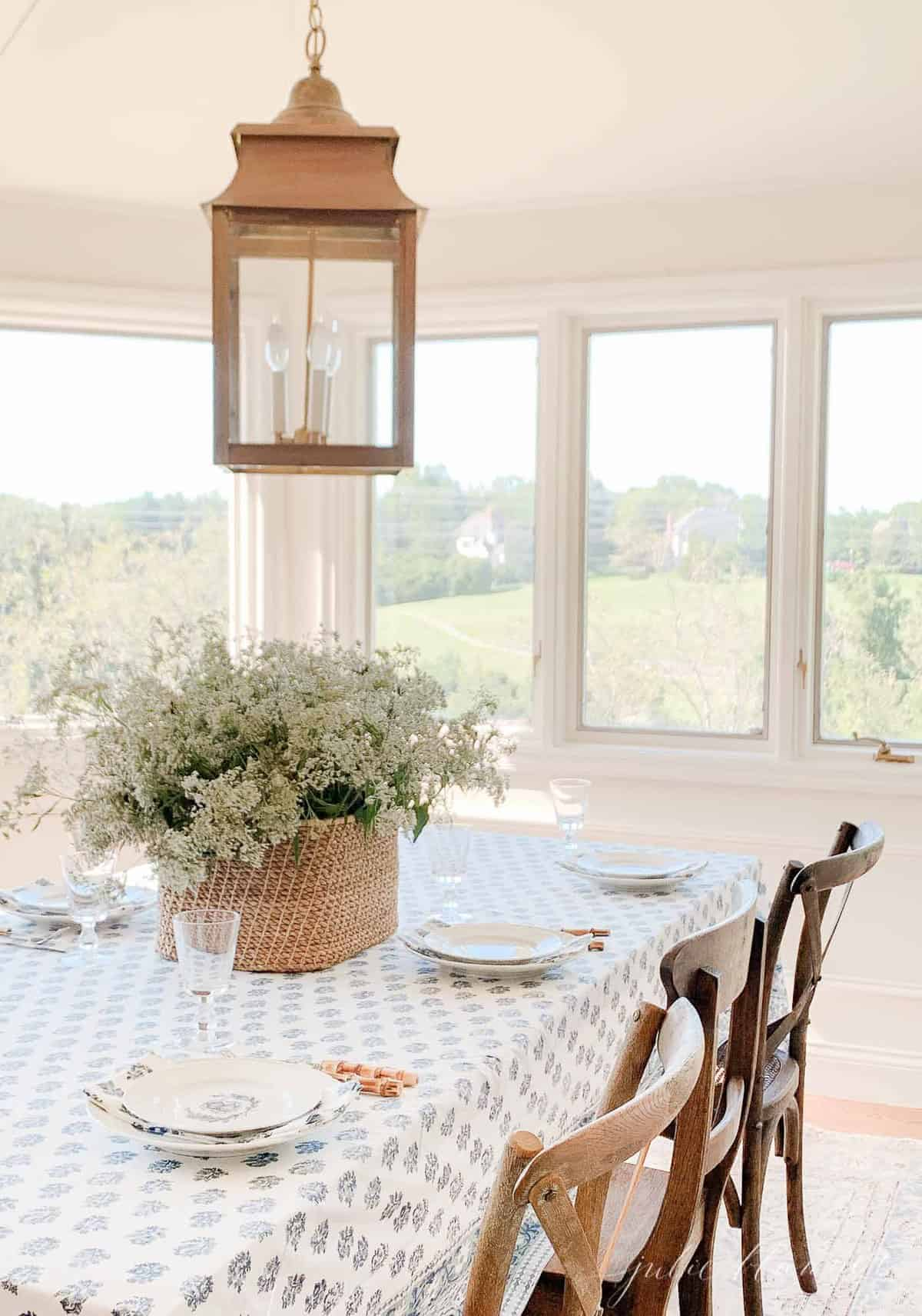 breakfast nook with walls and trim painted in the same coloe
